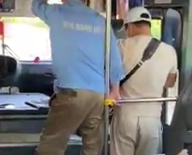 Phẫn nộ clip nam thanh niên tự xưng thanh tra xe buýt có hành vi côn đồ, chửi bới, đe dọa người lớn tuổi: Thằng già, tao cắt cổ mày luôn đấy-2