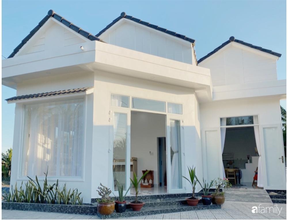 Ngôi nhà màu trắng đẹp như trong phim với tổng chi phí hoàn thiện 600 triệu đồng của cô gái Bến Tre dành tặng ba mẹ-1