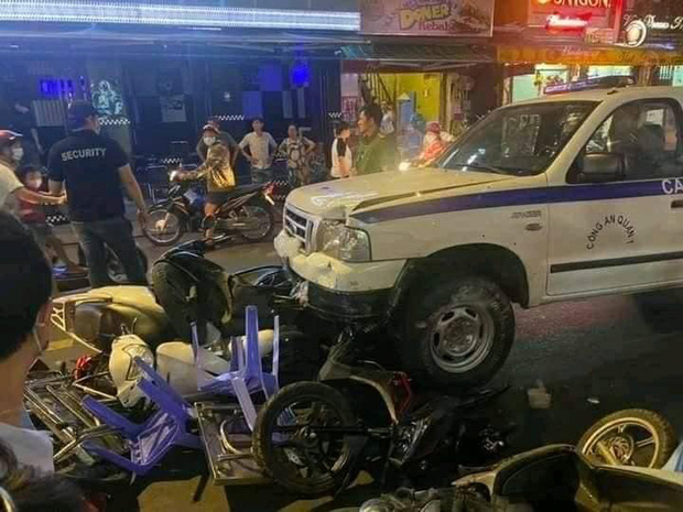 Clip: Ô tô bán tải gây tai nạn liên hoàn ở phố đi bộ Bùi Viện, nhiều phương tiện và bàn ghế vỡ nát-1