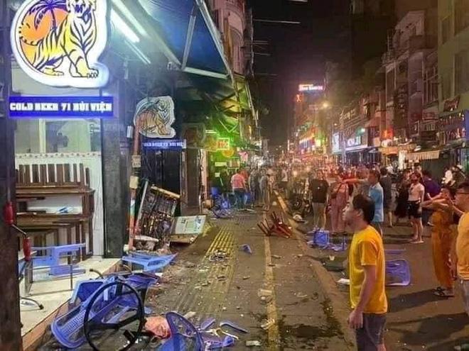 Camera hé lộ khoảnh khắc xe công an phường lao vào quán nhậu ở phố Bùi Viện, đâm lê nhiều xe máy-2