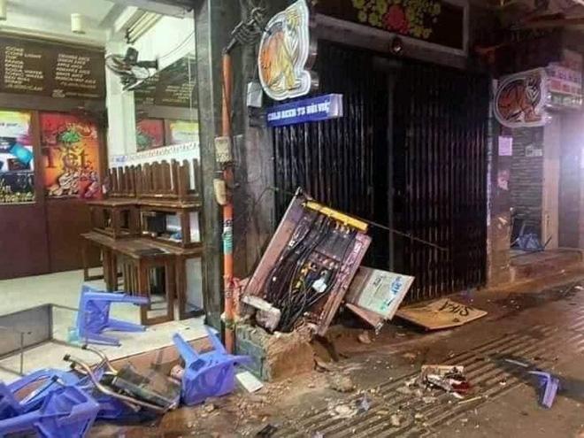 Camera hé lộ khoảnh khắc xe công an phường lao vào quán nhậu ở phố Bùi Viện, đâm lê nhiều xe máy-3