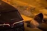 Xôn xao loạt clip cô gái mang loa kéo đến nhà phi công trẻ đòi gặp gửi lời xin lỗi, có người bị dội cả thau nước vì xua đuổi-3
