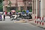 Hiện trường vụ bé gái 6 tuổi rơi từ tầng 12 chung cư tử vong ở Hà Nội: Xót xa cặp vợ chồng trẻ đứng không vững, gào khóc thảm thiết bên thi thể con-5