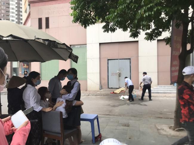 Hiện trường vụ bé gái 6 tuổi rơi từ tầng 12 chung cư tử vong ở Hà Nội: Xót xa cặp vợ chồng trẻ đứng không vững, gào khóc thảm thiết bên thi thể con-2