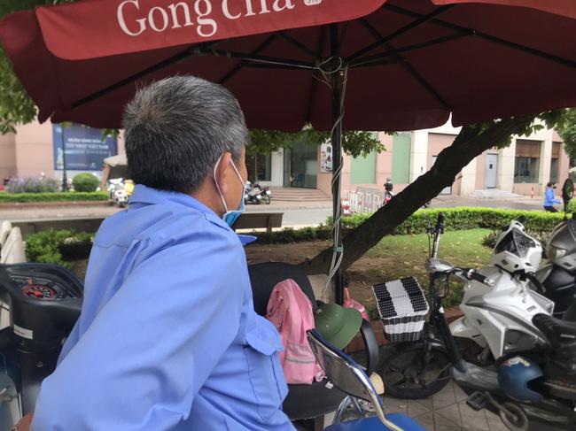 Hiện trường vụ bé gái 6 tuổi rơi từ tầng 12 chung cư tử vong ở Hà Nội: Xót xa cặp vợ chồng trẻ đứng không vững, gào khóc thảm thiết bên thi thể con-3