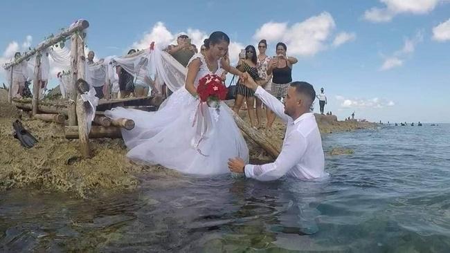 Đám cưới có 1-0-2: Những bức ảnh quá chất được tổ chức dưới đáy biển, nhìn cảnh dâu rể mà tất cả phải băn khoăn vì một lý do!-1