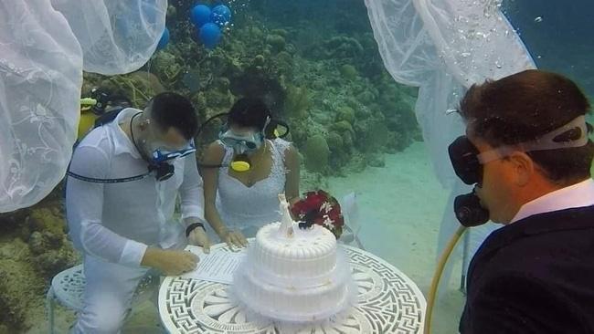 Đám cưới có 1-0-2: Những bức ảnh quá chất được tổ chức dưới đáy biển, nhìn cảnh dâu rể mà tất cả phải băn khoăn vì một lý do!-2
