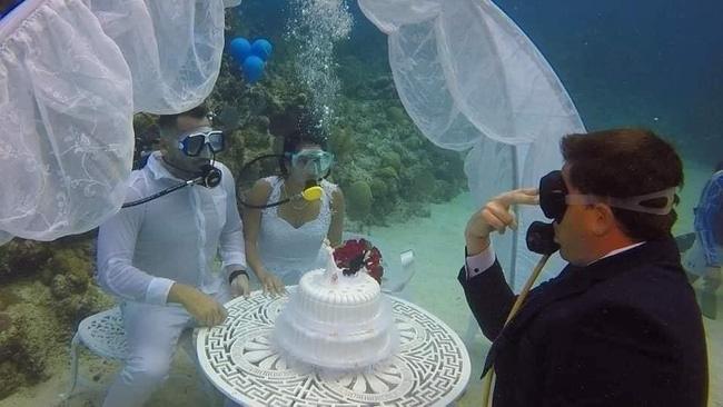 Đám cưới có 1-0-2: Những bức ảnh quá chất được tổ chức dưới đáy biển, nhìn cảnh dâu rể mà tất cả phải băn khoăn vì một lý do!-3