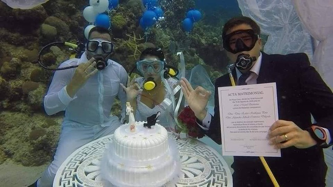 Đám cưới có 1-0-2: Những bức ảnh quá chất được tổ chức dưới đáy biển, nhìn cảnh dâu rể mà tất cả phải băn khoăn vì một lý do!-4