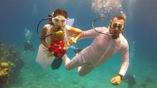 Đám cưới có 1-0-2: Những bức ảnh quá chất được tổ chức dưới đáy biển, nhìn cảnh dâu rể mà tất cả phải băn khoăn vì một lý do!-5