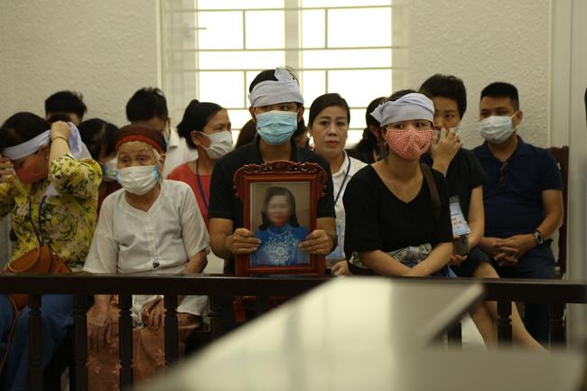 Con gái nạn nhân bị chồng sát hại, chặt xác phi tang xuống sông Đuống khóc nghẹn: Bị cáo giết mẹ tôi một cách tàn nhẫn không thể tưởng tượng nổi-1