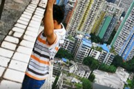 Nằm mơ thấy đứng trên sân thượng, người đàn ông mở mắt hoảng hốt phát hiện mình suýt chết khi đang ở tầng 32