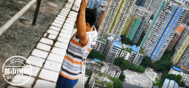 Nằm mơ thấy đứng trên sân thượng, người đàn ông mở mắt hoảng hốt phát hiện mình suýt chết khi đang ở tầng 32-1