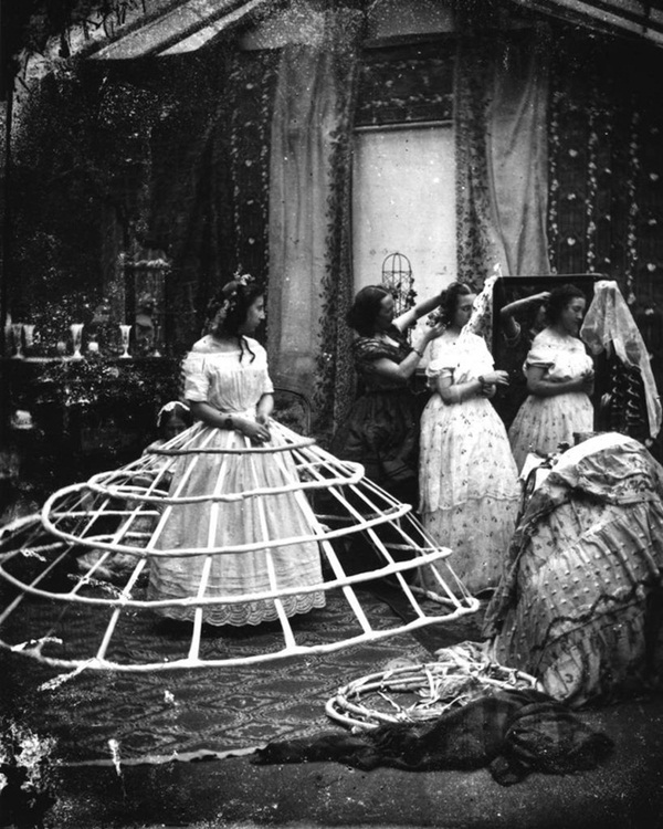Bức ảnh khiến nhiều người hiểu lầm cô gái bị bạo hành nhưng ẩn chứa sự thật về thứ trang phục Tử thần từng giết chết gần 3.000 phụ nữ-8