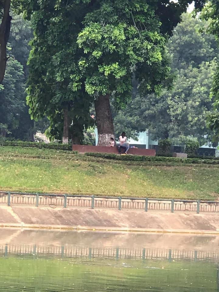 Hình ảnh gây sốc ở công viên Thủ Lệ: Cặp đôi thản nhiên làm hành động nhạy cảm, mặc cho có trẻ nhỏ ngồi chơi ngay bên cạnh-1
