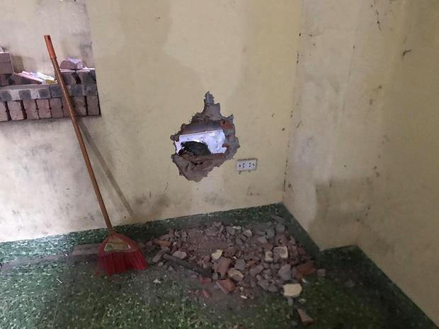 Bé trai sơ sinh bị mẹ bỏ rơi trong khe tường ở Hà Nội sức khỏe tiến triển tốt, có thể xuất viện-2