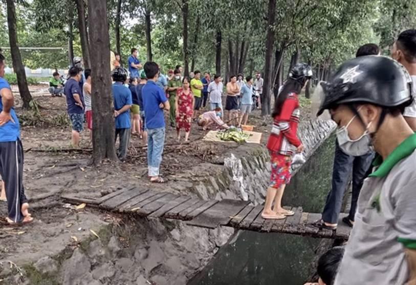 Bình Dương: Bé gái tắm mưa lọt xuống mương nước tử vong thương tâm, mẹ trẻ khóc ngất bên thi thể-1