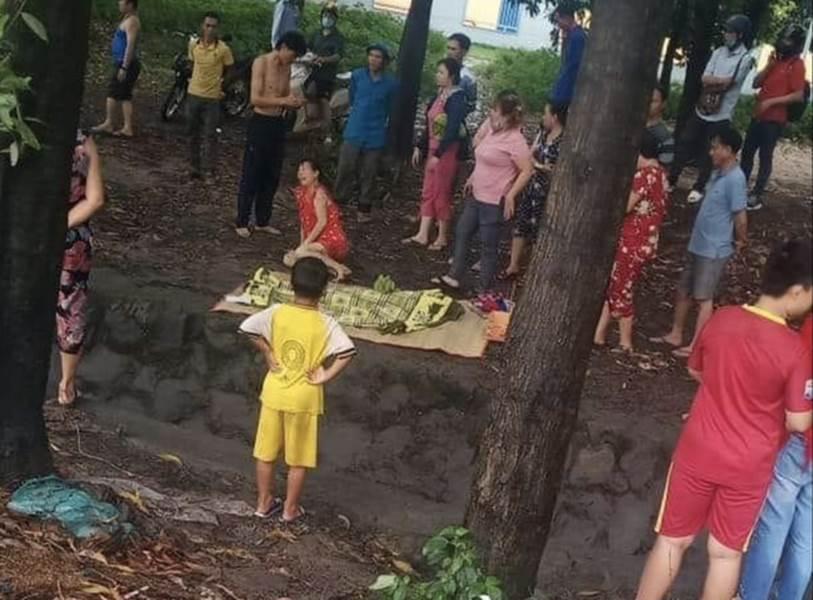 Bình Dương: Bé gái tắm mưa lọt xuống mương nước tử vong thương tâm, mẹ trẻ khóc ngất bên thi thể-2