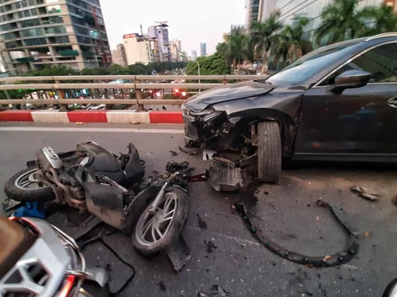 Hà Nội: Tai nạn liên hoàn giữa xe máy SH và 2 ô tô, một người nhập viện cấp cứu-1