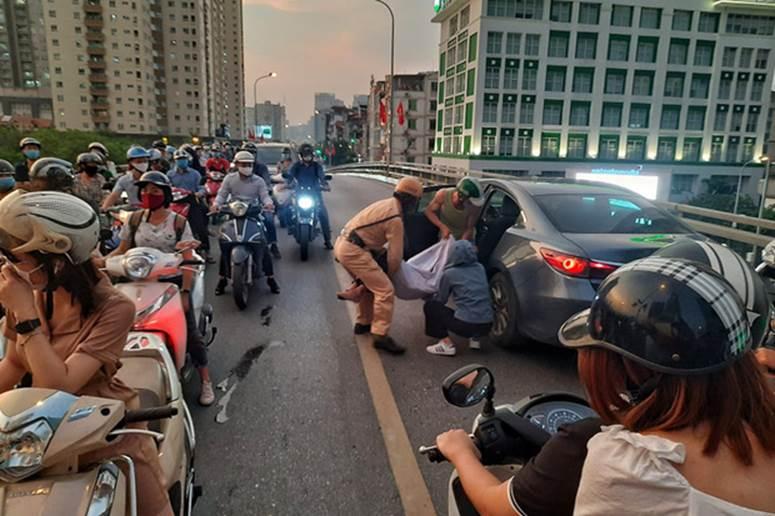 Hà Nội: Tai nạn liên hoàn giữa xe máy SH và 2 ô tô, một người nhập viện cấp cứu-2