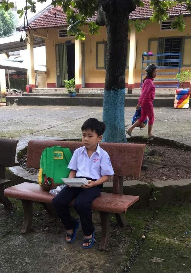 Ngày đầu tiên đi học nhưng không có mẹ dắt tay đến trường, cậu bé có biểu cảm vừa thương lại vừa không nhịn được cười-1