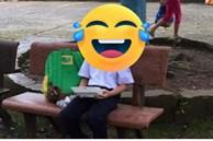 Ngày đầu tiên đi học nhưng không có mẹ dắt tay đến trường, cậu bé có biểu cảm vừa thương lại vừa không nhịn được cười