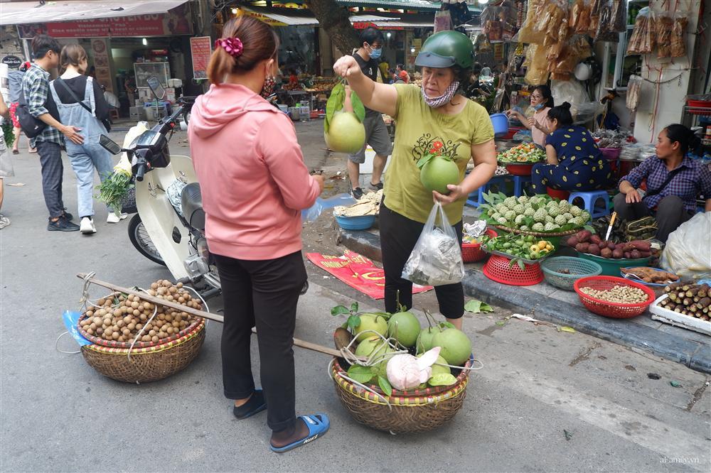Người Hà Nội dậy từ sớm, mua sắm tất bật để làm mâm cơm cúng Rằm tháng Bảy-2