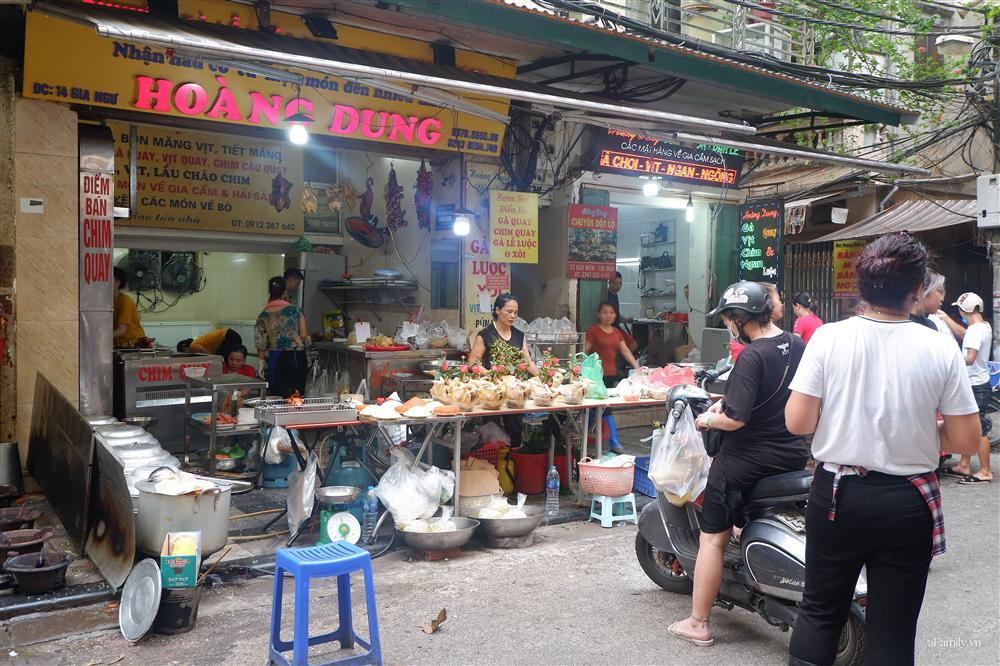 Người Hà Nội dậy từ sớm, mua sắm tất bật để làm mâm cơm cúng Rằm tháng Bảy-11