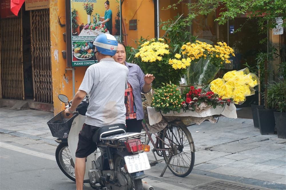 Người Hà Nội dậy từ sớm, mua sắm tất bật để làm mâm cơm cúng Rằm tháng Bảy-4