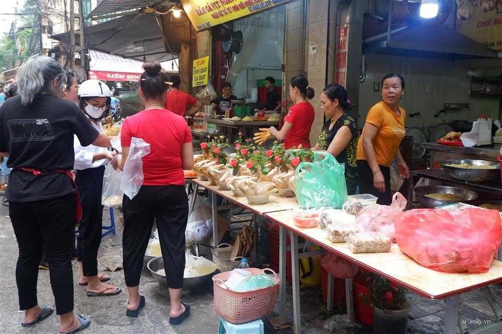 Người Hà Nội dậy từ sớm, mua sắm tất bật để làm mâm cơm cúng Rằm tháng Bảy-6