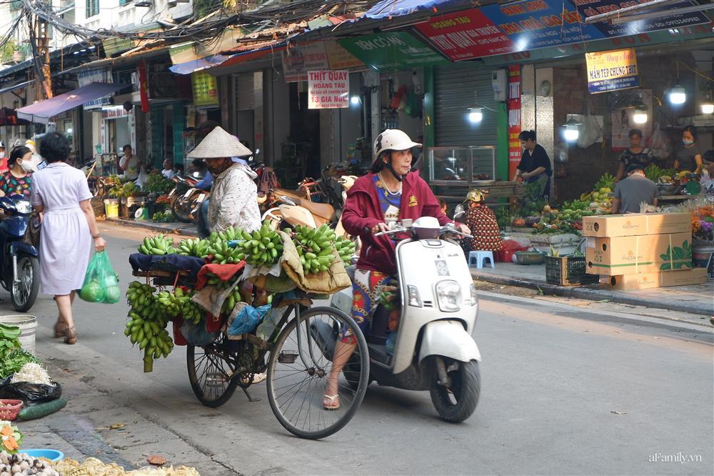 Người Hà Nội dậy từ sớm, mua sắm tất bật để làm mâm cơm cúng Rằm tháng Bảy-1