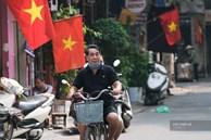Đường phố rợp sắc đỏ Quốc kỳ, người dân thư thả đón Quốc khánh trong lòng 'một Hà Nội khác lạ'