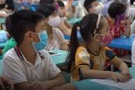 Học sinh lớp 1 ở vùng dịch tựu trường