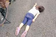 Xót xa bức ảnh bé gái nằm sõng soài trên đường nhưng câu chuyện thật đằng sau lại khiến bao người thay đổi thái độ