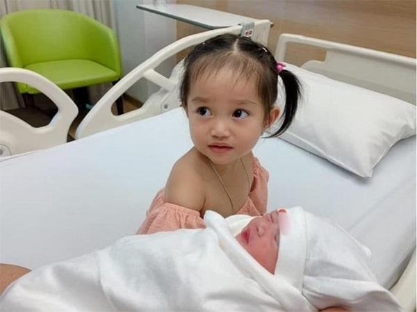 Con vừa sinh 1 ngày, vợ Lê Dương Bảo Lâm da xanh môi nhợt nhạt ôm mặt khóc nức nở-7
