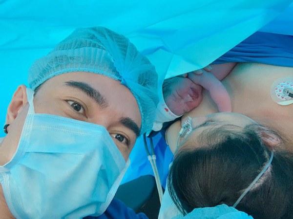 Con vừa sinh 1 ngày, vợ Lê Dương Bảo Lâm da xanh môi nhợt nhạt ôm mặt khóc nức nở-6