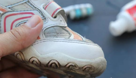 Mẹo làm sạch giày bị ố vàng đơn giản mà hiệu quả chỉ với một bát nước-3