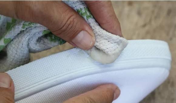 Mẹo làm sạch giày bị ố vàng đơn giản mà hiệu quả chỉ với một bát nước-6