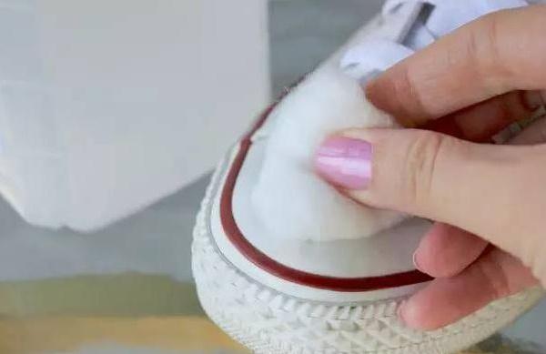 Mẹo làm sạch giày bị ố vàng đơn giản mà hiệu quả chỉ với một bát nước-7
