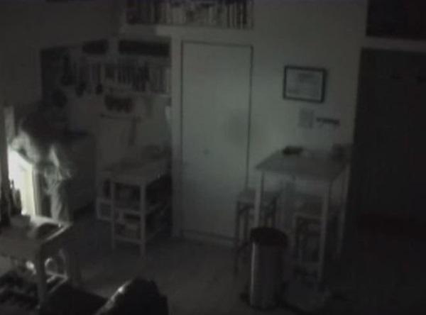 Đồ đạc liên tục biến mất, chủ nhà lắp camera mới biết nhà có người ăn nhờ ở đậu, rùng mình nhất là việc làm của ả ở bồn rửa-5