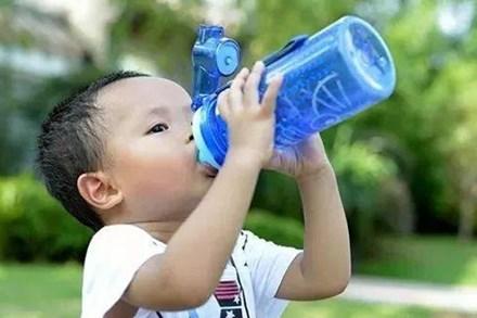Cho bé uống nước trong 3 thời điểm này là hại lá lách và dạ dày của trẻ, mẹ hãy nhanh chóng dừng lại