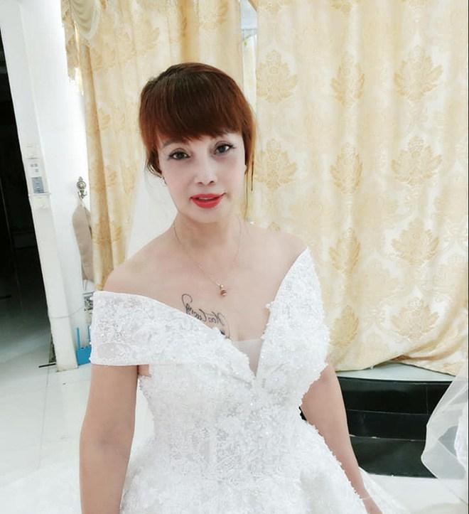 Cô dâu Thu Sao tung ảnh mặc váy cưới, nhan sắc như gái đôi mươi, CĐM tranh cãi gay gắt-2