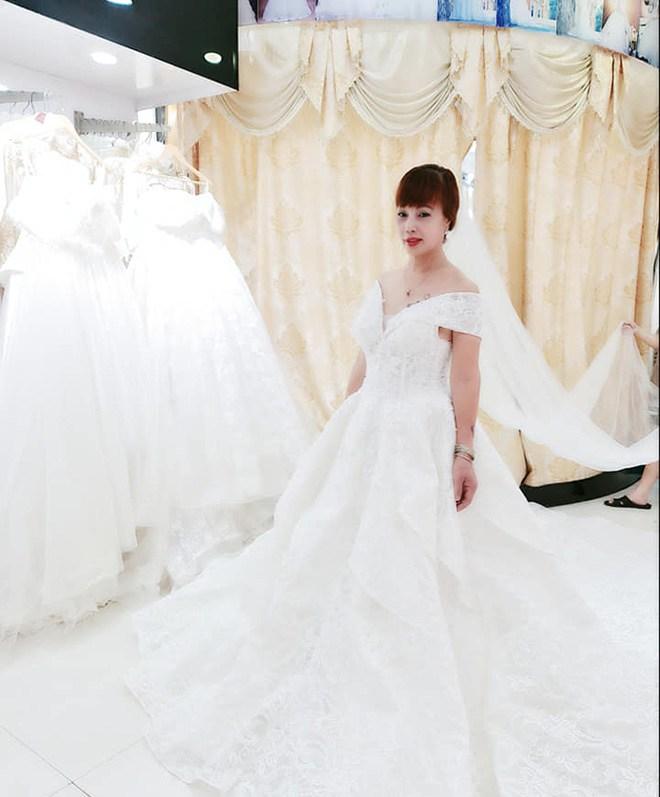 Cô dâu Thu Sao tung ảnh mặc váy cưới, nhan sắc như gái đôi mươi, CĐM tranh cãi gay gắt-3