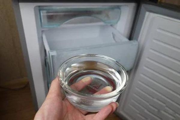 Chị em mách nhau đặt 1 bát nước lã vào tủ lạnh qua đêm, sáng dậy thấy điều bất ngờ-1