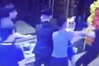 Clip: Nhóm thanh niên lao đến túm tóc, đánh đập 2 cô gái túi bụi gây phẫn nộ