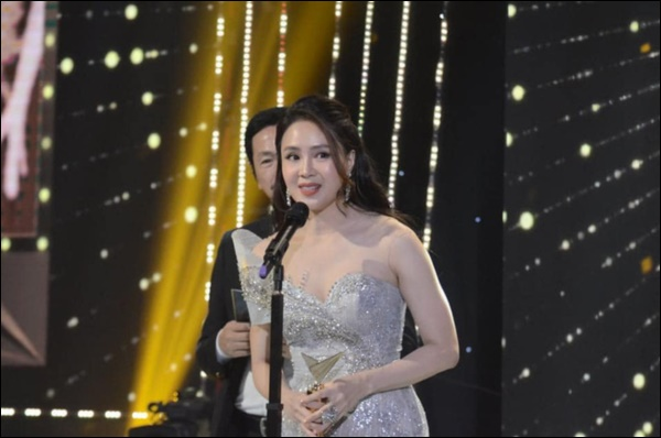 Hồng Diễm khóc không ngừng khi nhận giải Nữ chính ấn tượng nhất VTV Awards, nhắc tới Ngôi sao Khuê của anh Bảo khiến fan vỡ òa-2
