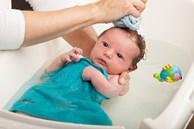 Trẻ sơ sinh có cần tắm hàng ngày? Khung giờ tắm và cách tắm cho trẻ sơ sinh đúng nhất? Câu trả lời sẽ khiến không ít bà mẹ phải giật mình