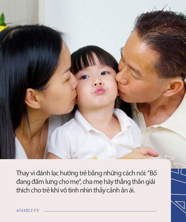 Bị con bắt gặp cảnh đang mặn nồng, ông bố trả lời lạc hướng đang đấm lưng cho mẹ nhưng bị con gái tỏ thái độ cực gắt-3
