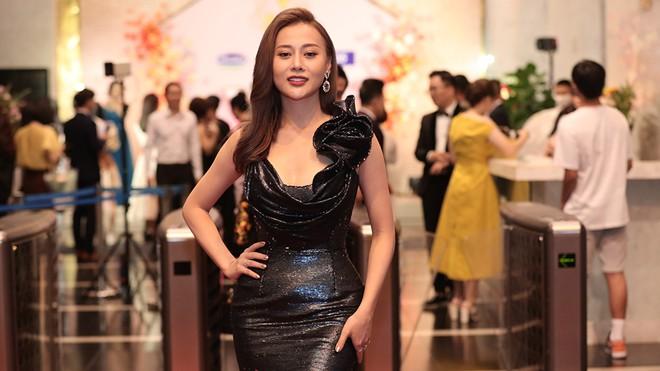 Phục thù lại mùa VTV Awards năm ngoái, năm nay Phương Oanh gây sốt với vòng eo siêu nhỏ, nhưng bộ đầm đen lại có phần hơi già-4