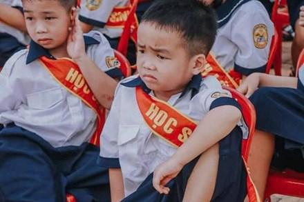 Ngày khai giảng đã qua mà cậu nhóc này vẫn làm mưa làm gió MXH vì biểu cảm cực lạ, nhiều người còn đoán được tương lai tóm gọn trong 2 chữ